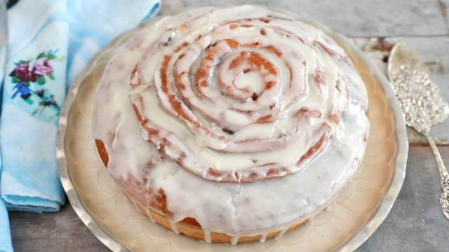 Cinnamon Roll Cake - Everything you love about cinnamon rolls but in a CAKE!