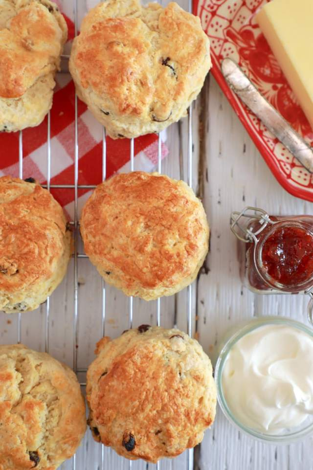 Easy Best Ever Irish Scones recipe, easy desserts , easy irish scones recipes , scones recipe, best scones, best ever desserts, best ever scones recipe, affordable recipes, cheap recipes, cheap desserts, simple recipes, simple desserts, quick recipes, Healthy meals, Healthy recipes, How to make, How to bake, baking recieps, recipes for kids, baking with kids, baking with children, kid friendly recipes, child friendly recipes, irish recipes, irish desserts, traditional irish recipes, how to make irish scones, how to make scones, Irish recipes for saint patricks day, saint patricks day recipes