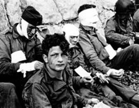 Omaha_Beach_wounded_soldiers,_1944-06-06_P012901