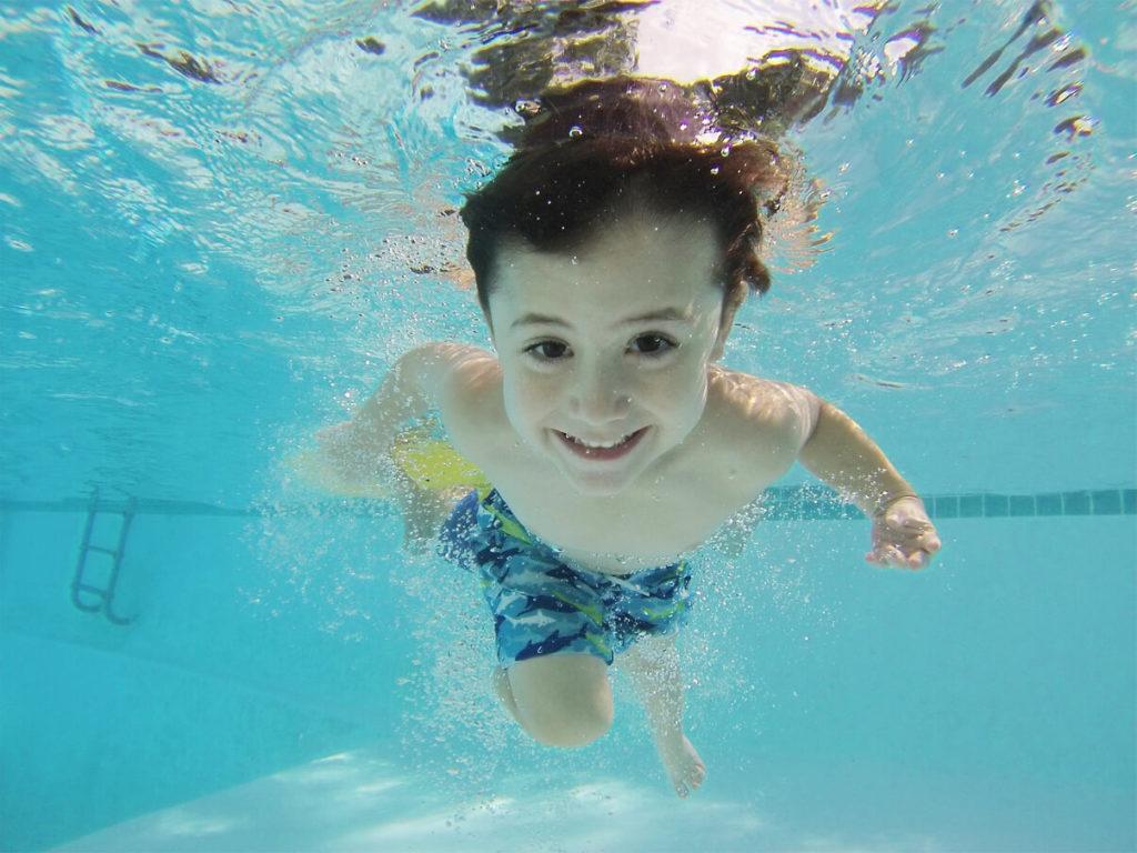 enfant nager piscine
