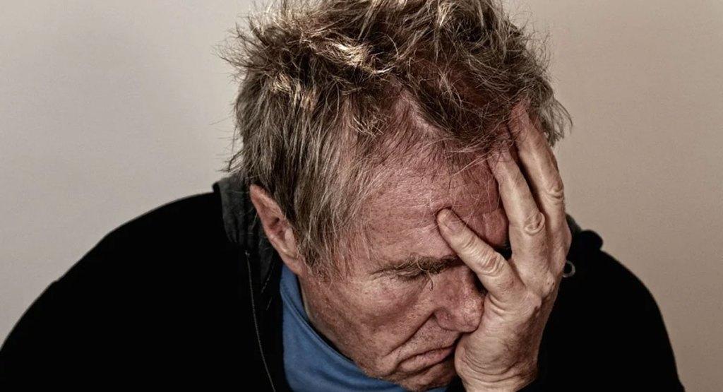 homme stressé triste