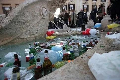 Danni alla Barcaccia del Bernini in Piazza di Spagna  Bigodino