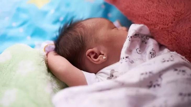 buchi alle orecchie neonata