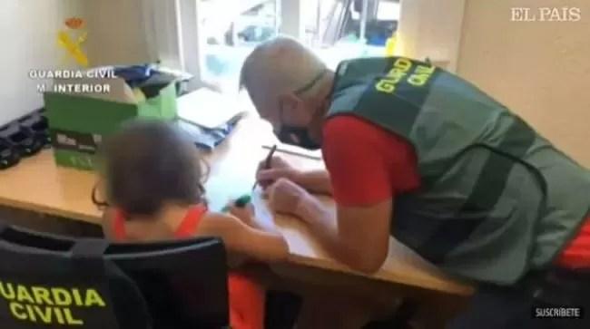 Gli agenti con la bambina sola