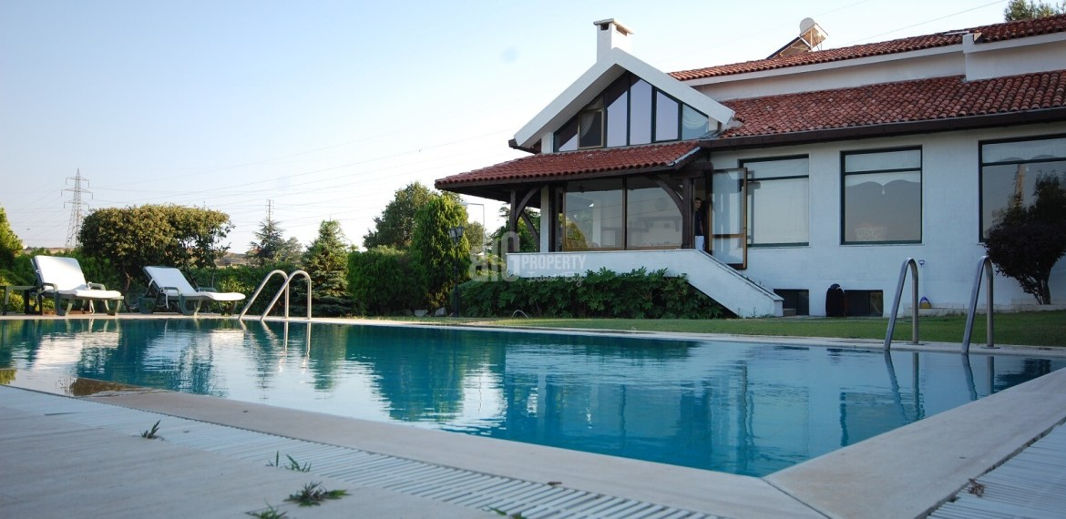 Big garden luxury villa with swimming poll for sale in istanbul catalca