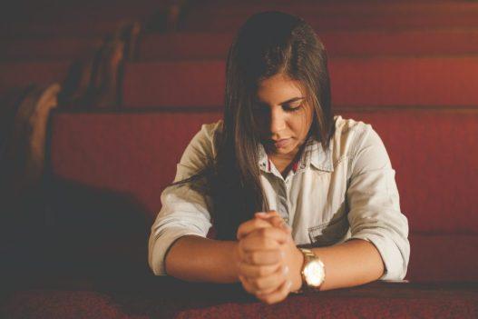 meisje aan het bidden