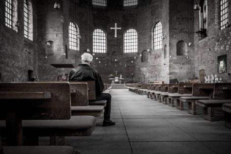 Heilige Geest, oude man in een kerk.
