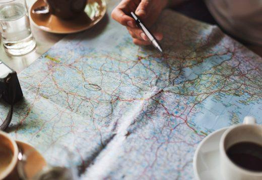 Plannen met een kaart voor zendingreis