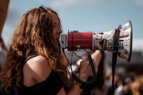 meisje spreken door een megafoon