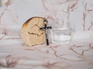 Kruis met water en brood