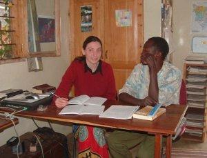 Dorien tijdens taalonderzoek in Tanzania