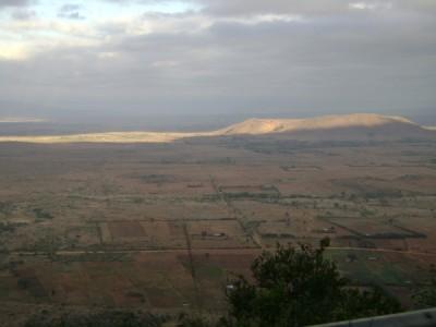 Fantastisch uitzicht over de 'Rift Valley', even buiten Nairobi. De zon komt net op en beschijnt al de heuvels beneden in het dal.