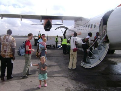 Voor de 5e keer in een half jaar weer in een vliegtuig, hier in Kenia. Michaja weet inmiddels waar en wanneer ze haar ticket moet laten zien.