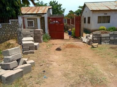 Onze poort waar alle zand en stenen werden afgeleverd.