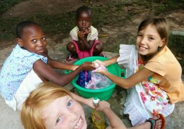 Poppenkleertjes wassen met vriendjes.