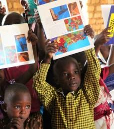 we verwachten dat de kids gefascineerd zullen raken door wat ze zien, en vragen stellen om te begrijpen wat er gebeurd. Misschien een kleine stap in de goede richting om de BIjbel in handen van kinderen te krijgen op een toegankelijke manier.