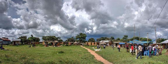 Aan het eind van de middag: De regenwolken rollen binnen als we weer terug naar Musoma moeten.