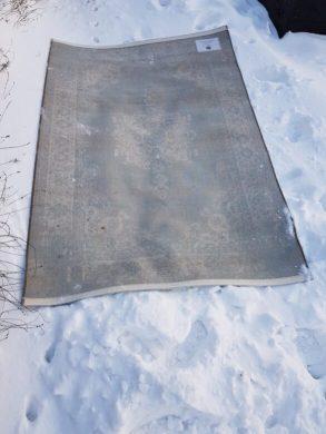 vloerkleed schoonmaken in sneeuw