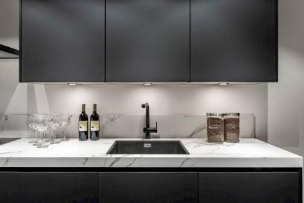 keukentrend 2021: zwarte keuken met marmer blad