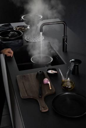 Zwarte quooker in keuken