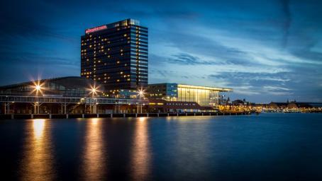 Luxe hotel met prachtig uitzicht over het IJ en Amsterdam