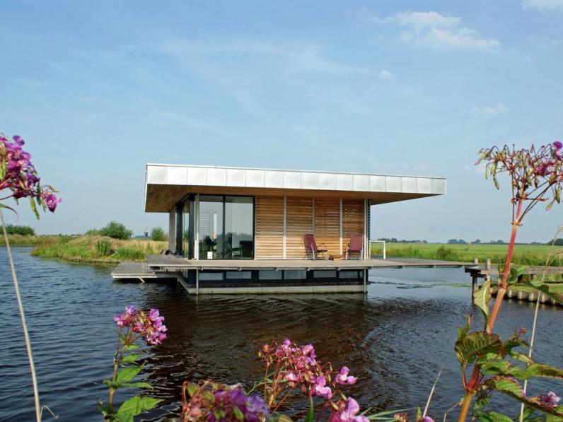 Bijzondere Overnachting Origineel Overnachten Slapen in een watervilla op het water in Friesland2