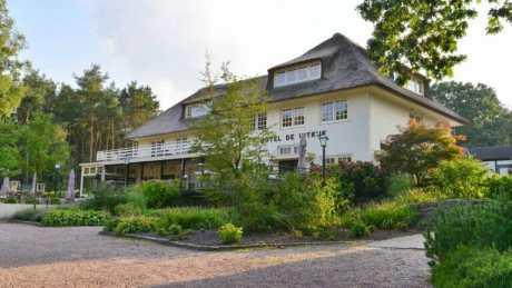 Rietgedekte villa in het groen