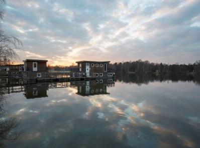 Bijzondere-Overnachting-Origineel-Overnachten-Slapen-op-het-water-in-een-woonboot-van-Center-Parcs-Kempervennen6