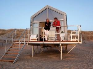 Originele vrijgezellen-overnachting aan de kust