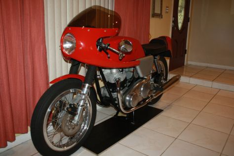 Dunstall Norton Commando 750 - Front Left