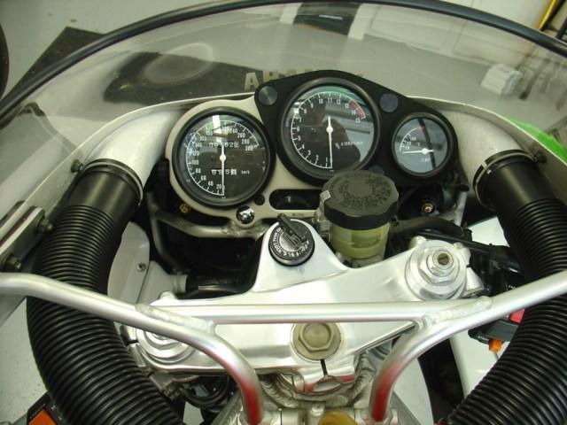 Yamaha FZR750R OWO1 - Cockpit