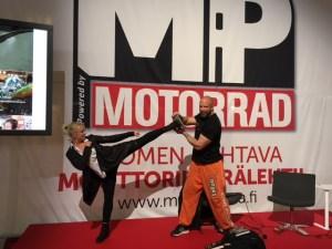 Jessica Brandt showar med Marko Lönnqvist som intervjuades i föregående nummer av MP Maailma/Motorrad.