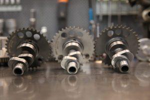 """Triss i kammar. Original till vänster, KTM:s """"rallykam"""" i mitten  och AGAP:s värsting till höger. Det är framförallt avgasnocken på AGAP som har betydligt längre duration."""