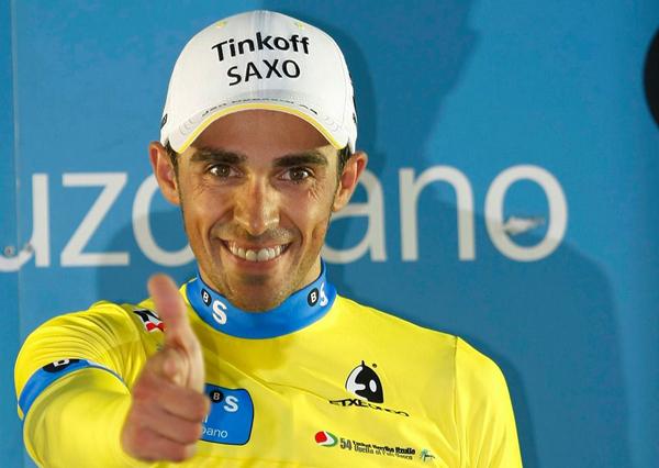 """Alberto Contador faz a tradicional pose de """"pistoleiro"""" na festa do País Basco"""