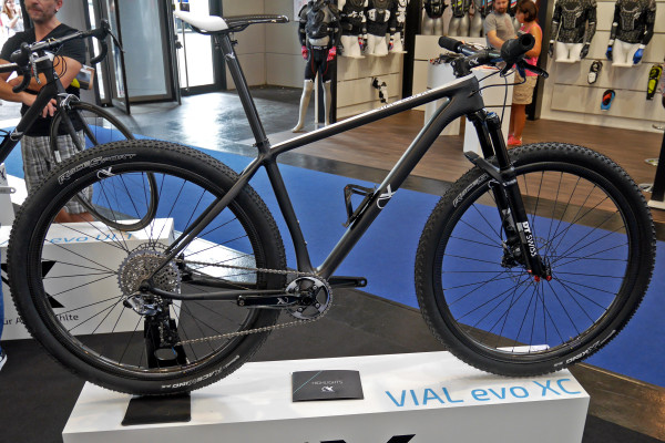 AX-Lightness_VIAL-Evo-XC_light-carbon-cross-country-hardtail_complete