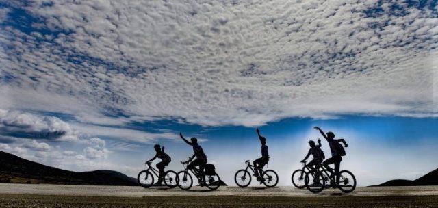 5 amigos se divierten en bicicleta de montaña