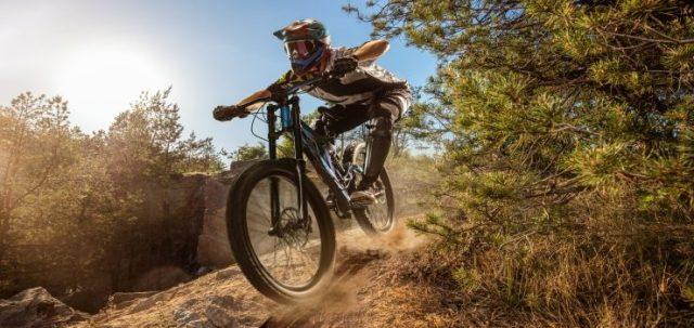 una persona que monta una bicicleta de montaña en una posición adecuada