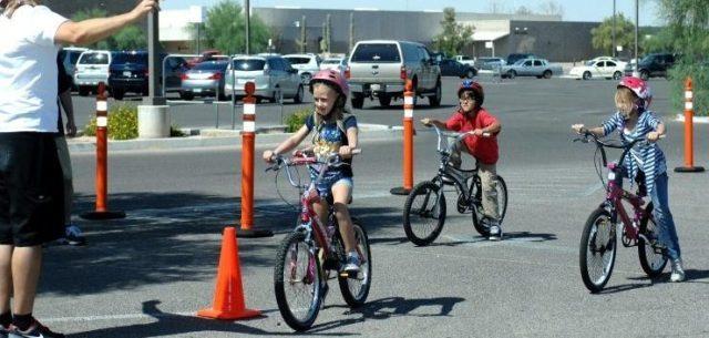 tres niños aprenden a usar sus bicicletas