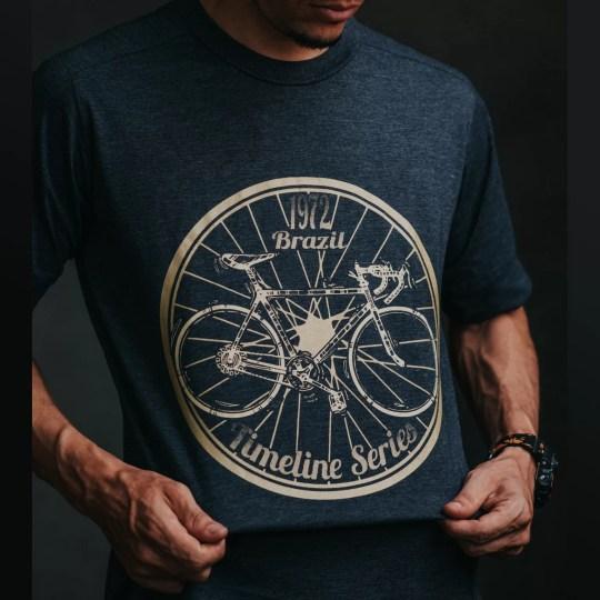 Camiseta Retrô Timeline Brazil 1972 azul grafite - Bicicleta speed