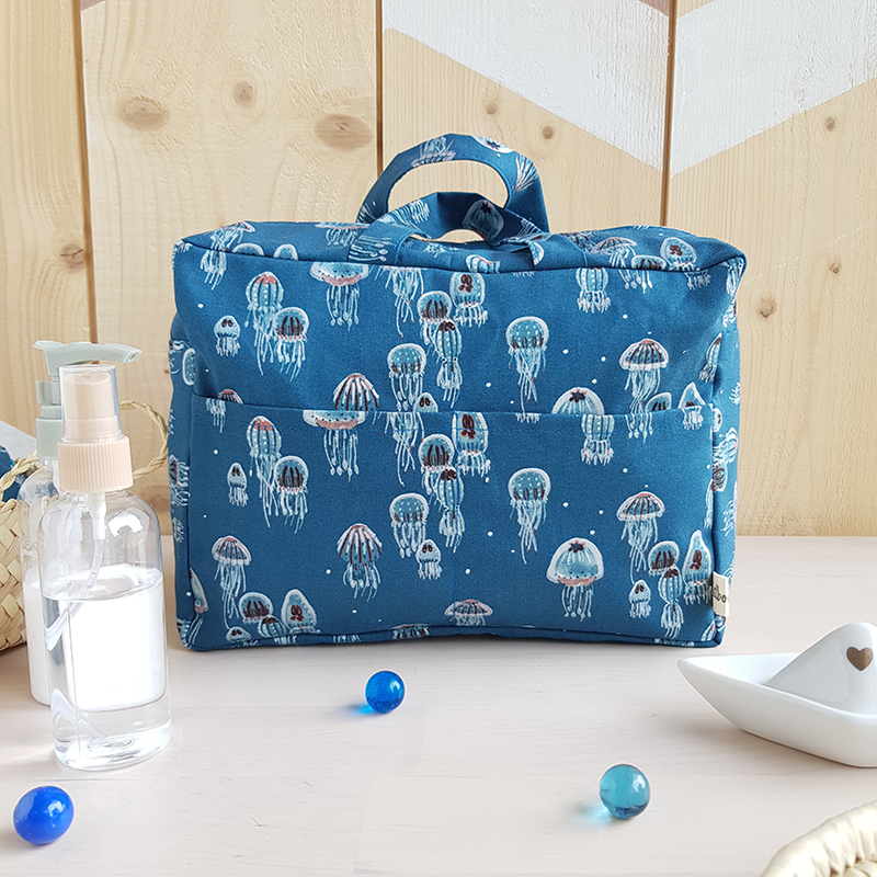 cadeau naissance bebe garcon trousse toilette grande accessoire enfant bleu marin mer poulpe meduse lyon fabrication francaise made france