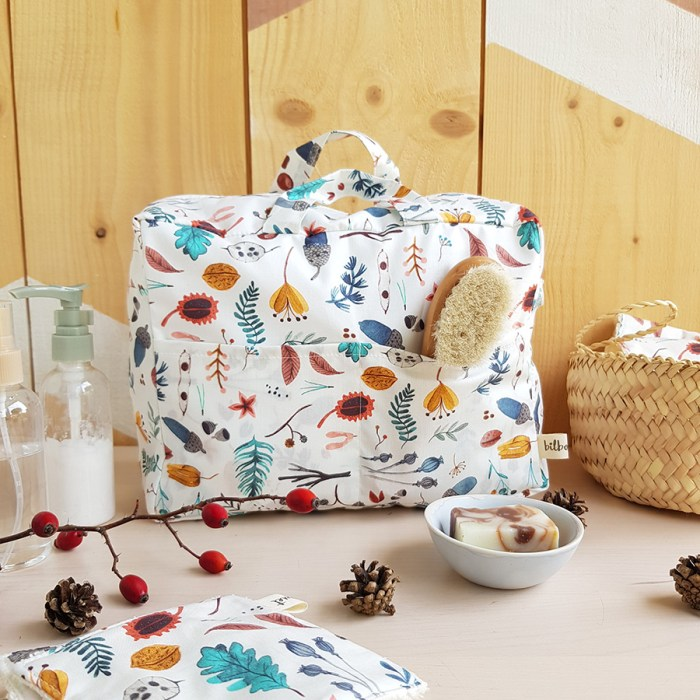 cadeau naissance liste bebe maternite valise lyon made in france fabrication francaise creation createur bilboquet kids enfant accessoire toilette oekotex sous bois nature motif fait main grande trousse coton blanc poignees