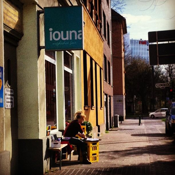 Typische Straßenszene im Viertel (Filzen vorm Atelier/Laden)