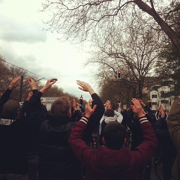 Wir alle singen jetzt ein Lied… Fortuna-Fans auf dem Weg ins Stadion