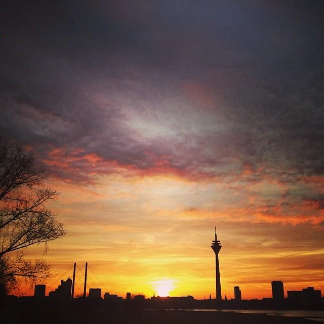 Stadtsilhouette im Morgenlicht.