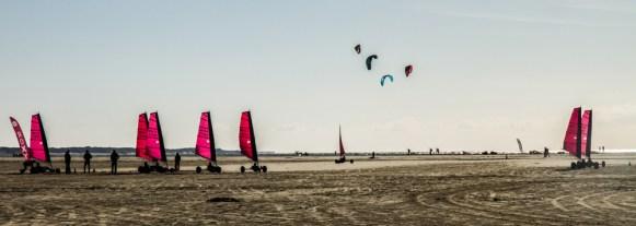 Strandsegler und Kitesurfer