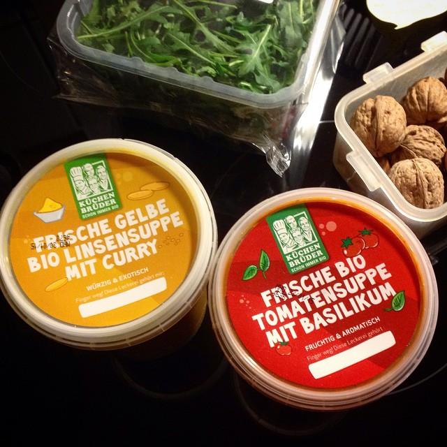 Veganer Suppen-Contest in unserer Küche. Und natürlich wird ordentlich mit Koriander, Petersilie, gerösteten Walnüssen und Sonnenblumenkernen am Fertigprodukt herumgepimpt...