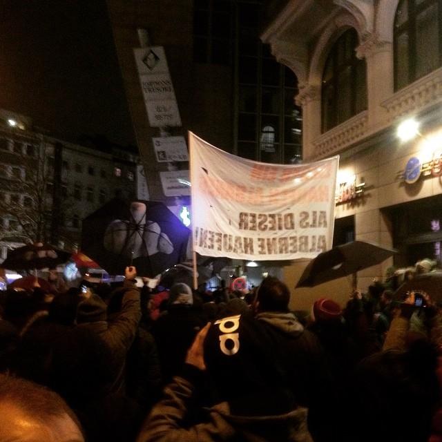 Lautstarker Protest an allen Straßenecken gegen den naziaufmarsch in düsseldorf