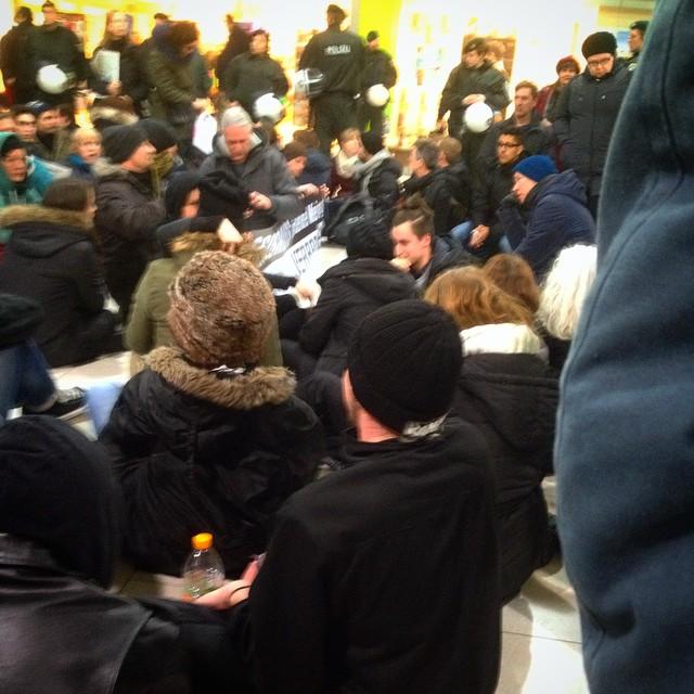 Sitzblockade im HBf gegen #DüGiDa