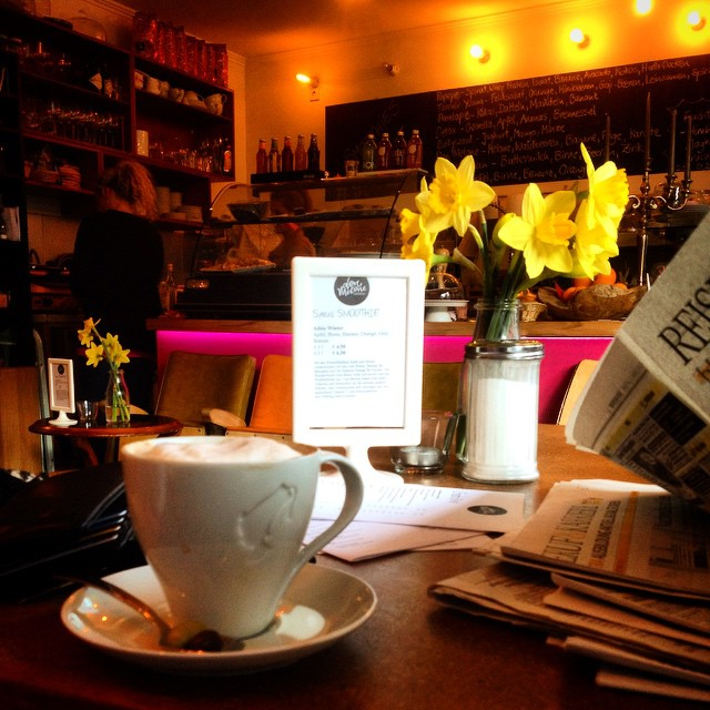 Sonntag nachmittags Pläsier - Kaffee trinken und in Ruhe Zeitung lesen.