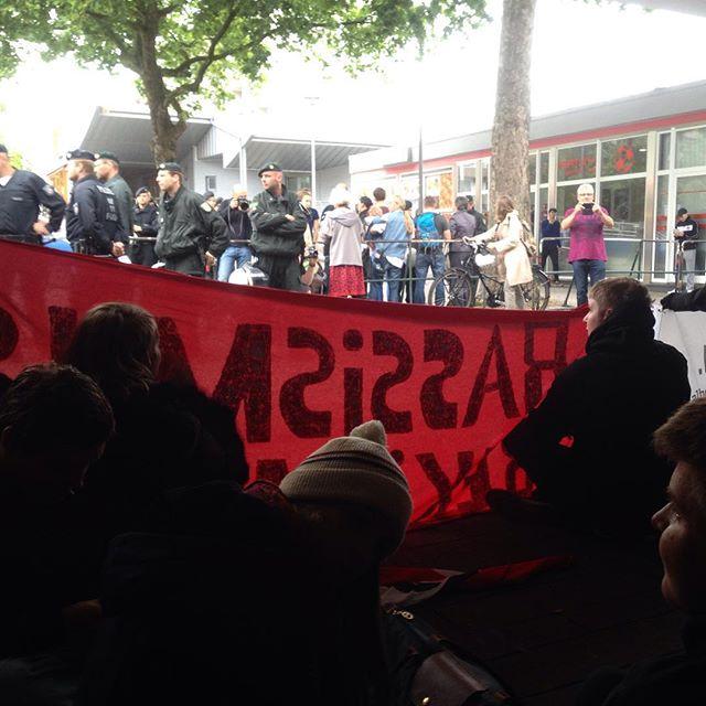 Düsseldorf stellt sich quer – Sitzblockade im S-Bahnhof Garath